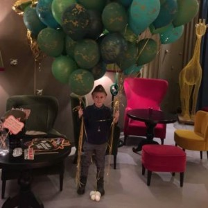 Мальчик с шарами